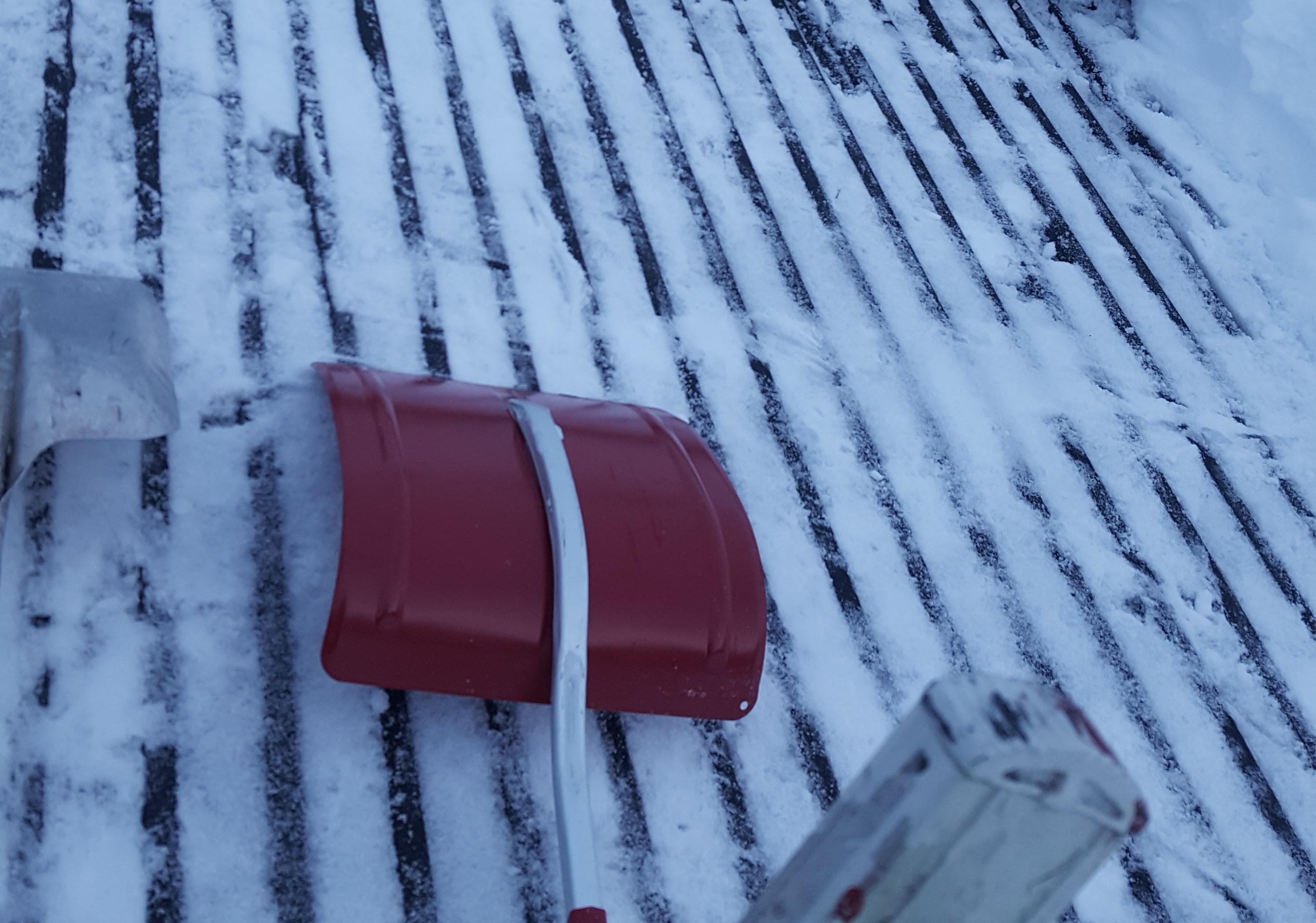Snømåking av hustak, Harald hjelper deg, Hyttetak